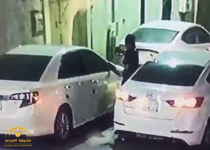 بعد رصدهم أثناء تكسير زجاج سيارة كامري.. الإطاحة بالمتهمين بسرقة مركبات حي السويدي بالرياض.. والشرطة تصدر بياناً بالتفاصيل