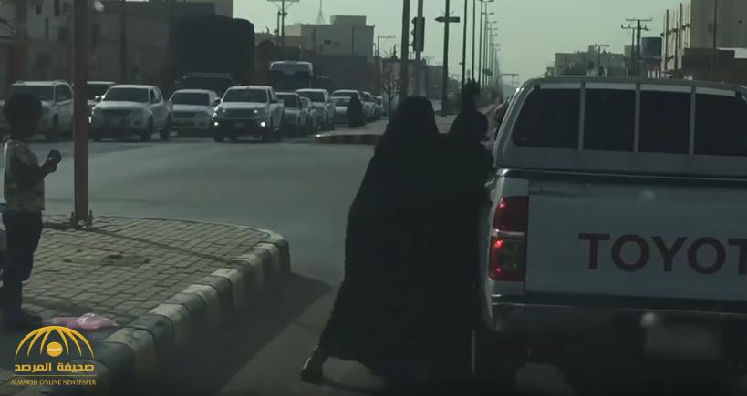 شاهد: مشاجرة دامية بين سيدتين عند إشارة مرور في وادي الدواسر.. هكذا تدخل المارة؟