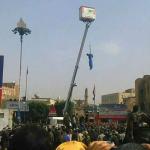 شاهد بالصور: بعد تنفيذ حكم الإعدام..تعليق جثة مغتصب الطفلة اليمنية في ميدان التحرير بصنعاء