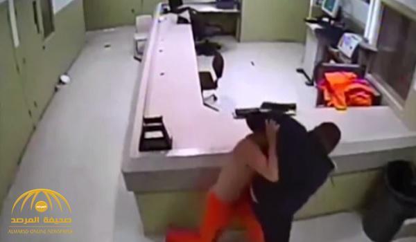 شاهد بالفيديو .. مجرم قاتل يتعارك مع الشرطة داخل سجنه بولاية نيومكسيكو الأميركية