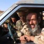 """سياسيون وصفوها بـ""""اللعبة"""": عناصر داعش يسلمون أنفسهم طواعية لحزب الله وهم يضحكون- فيديو"""