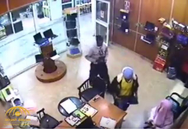 """شاهد: حادث سرقة """"لاب توب"""" أمام البائع """"عيني عينك""""!"""