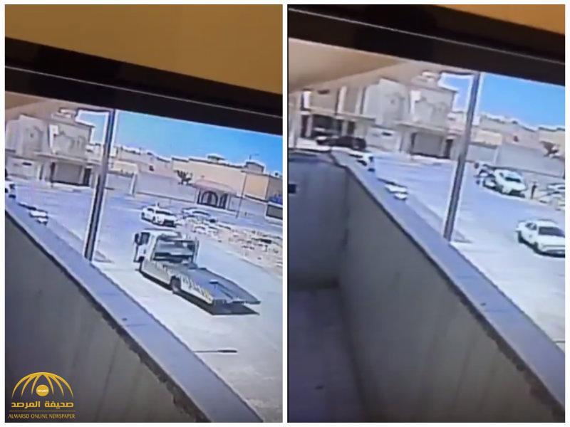 """بالفيديو :شاهد سطحة تنقل""""لكزس""""من أمام منزل صاحبها وبدون علمه في الرياض..وهكذا عثر عليها!"""