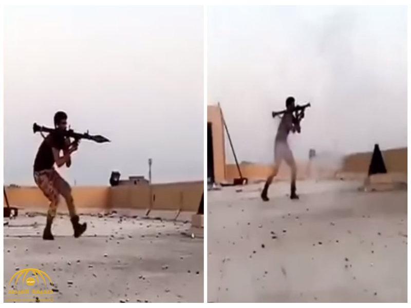 """شاهد بالفيديو لحظة إطلاق رجل أمن لقذيفة """" RPG"""" على مجموعات إرهابية  في حي المسورة المهجور"""
