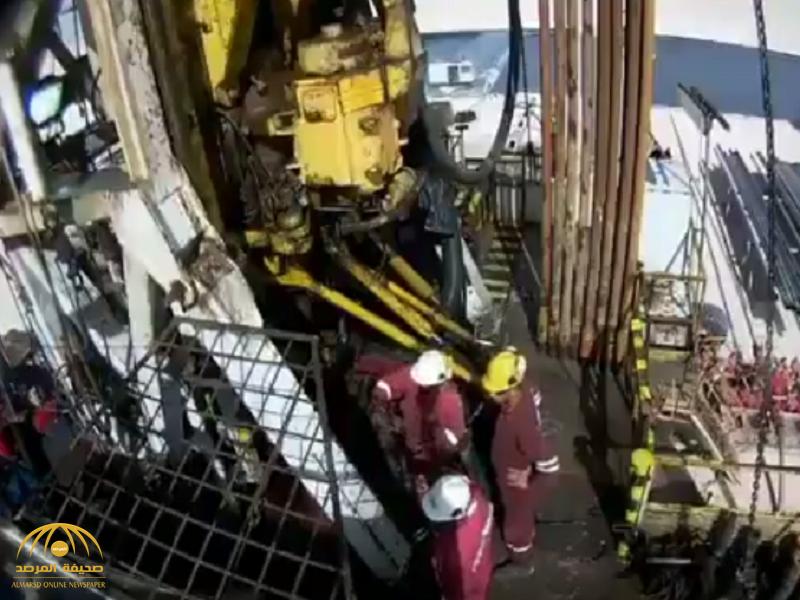بشكل مفاجئ .. شاهد : إصابات مروعة لثلاثة مهندسين في أحد آبار النفط