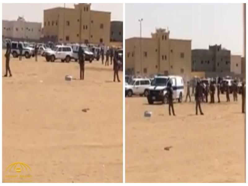 قبل تنفيذ الحكم بدقائق..مواطن يتنازل عن قاتل ابنه في ساحة القصاص برنية-فيديو