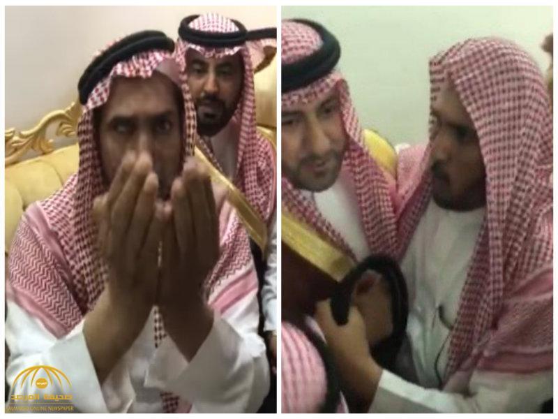 """شاهد: لحظة إعلان الروابي عفوه عن قاتل ابنه في حضور الأمير """"تركي بن عبد الله"""".. وهذا ما وصى به!"""