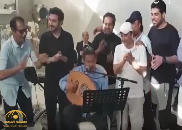 بالفيديو : محمد عبده مع مجموعة من المطربين أثناء أداء بروفة لأغنية وطنية.. شاهد كيف تفاعل الفنانين!