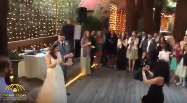 بالفيديو : شاهد كيف حاولت فتاة إحراج عروس برقصها .. ورد الأخيرة يشعل الشبكات !