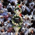 """شاهد لقطات جديدة.. لحشود ضخمة غير مسبوقة تودع الفنان """"عبدالحسين عبدالرضا"""" إلى مثواه الأخير"""