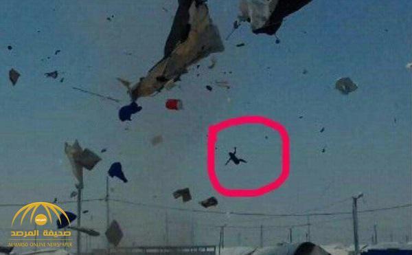 شاهد: عاصفة مرعبة تجتاح مخيماً للاجئين السوريين وتقتلع خيامهم وتقذف الأطفال في الهواء!