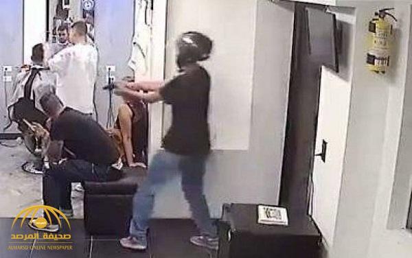 شاهد لحظة مقتل شاب داخل محل حلاقة – فيديو