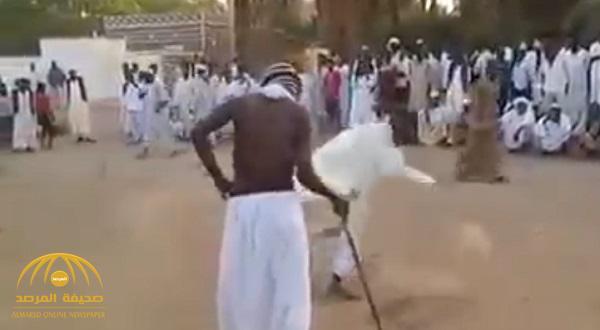 """شاهد بالفيديو : """"أشقاء العروس يجلدون العريس بالسوط"""" .. لن تتخيّل ما يحدث في زفاف قبيلة سودانية!"""