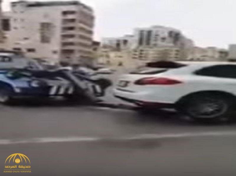 شاهد: موظف يسجل مخالفتين على سيارة تقف بشكل نظامي بجدة.. ويقول: لا أحد يقدر يحاسبني!