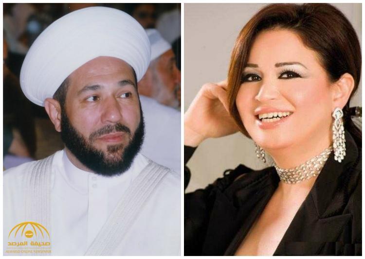 """شاهد : """"إلهام شاهين"""" تكشف صدرها أمام """"مفتي الأسد"""" وهو يُسلّمها نسخة من القرآن!-صورة"""
