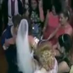 شاهد: عروس تثير معازيم فرحها برقص ملفت.. وهكذا جاء رد فعل العريس!