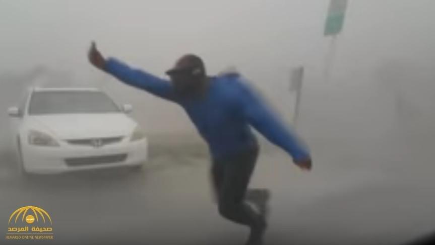 """شاهد:تصرف غريب.. أمريكي يقف في وجه رياح إعصار """"إيرما"""" لقياس سرعتها- فيديو"""