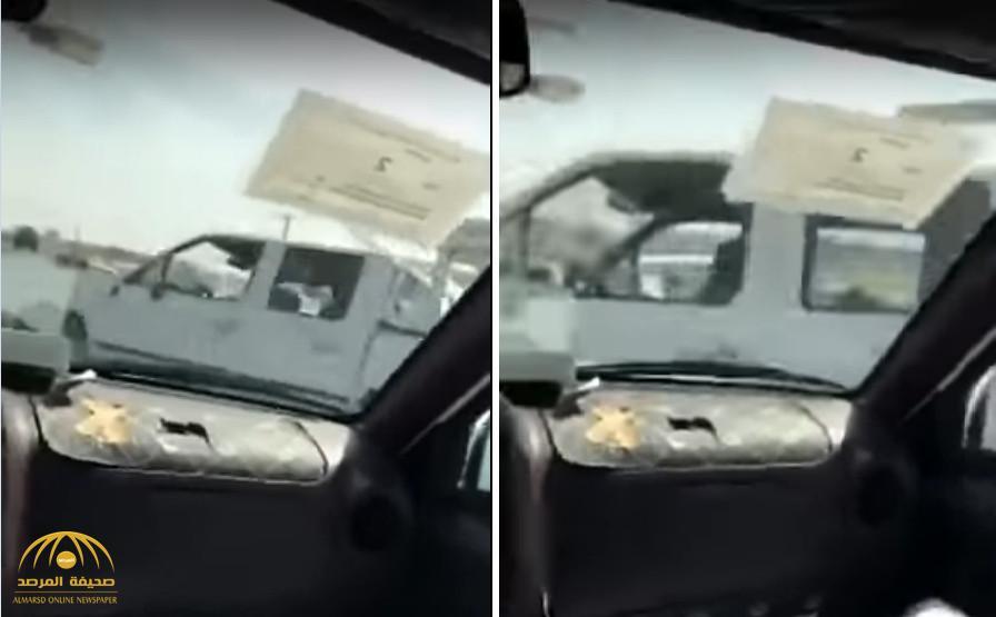 شاهد بالفيديو: مفحط كاد أن يتسبب في كارثة مروعة..بعد أن اصطدم بسيارتين