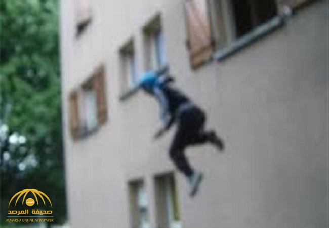 متزوجة تهرب من زوجها وتقفز من النافذة بعدما ضبطها تخونه مع شخص غريب!