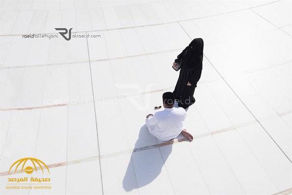 """المصور """" اللحياني"""" ينشر صورة جديدة للزوج الساجد بجانب زوجته في الحرم المكي .. ويكشف عن هويته"""