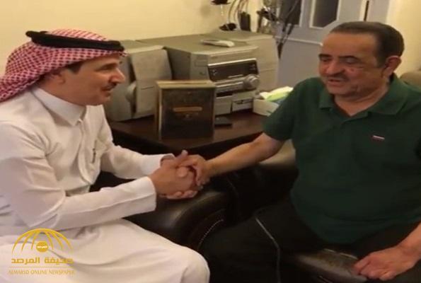 """بعد غياب طويل.. شاهد: آخر ظهور للإعلامي """"غالب كامل"""" من داخل منزله في الأردن"""