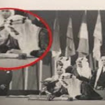 مصمم صورة الكائن الفضائى بجانب الملك فيصل يتهم التعليم بالقرصنة ويطالب بحقوقه الفكرية!