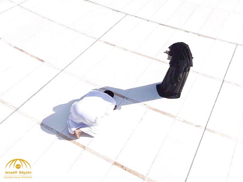 تعرف على سر هذه الصورة الغريبة !… وسبب وقوف المرأة أمام رجل ساجد في ساحة الحرم؟