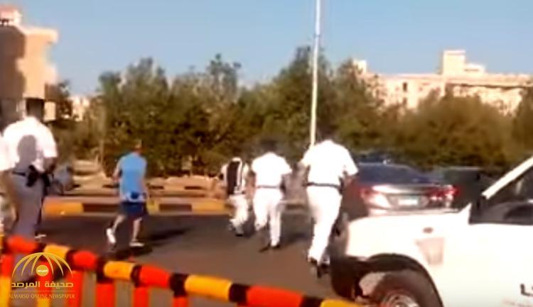 بالفيديو : سائق يدهس ضابط شرطة مصري بسيارته بسبب حفل عمرو دياب!