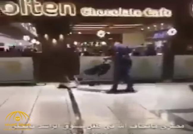 بالفيديو:شخص يضرب طفل بقسوة داخل أحد المولات بالمملكة..والعمل تعلق!