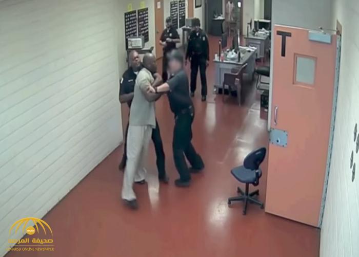 بالفيديو: سجين يهاجم ضباط بمقاطعة كوك بأمريكا .. شاهد كيف سيطروا عليه!
