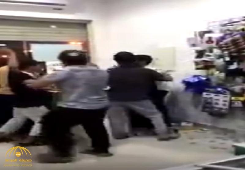 بالفيديو: مضاربة جماعية بين مجموعة مراهقين وعمالة بأحد أسواق المجمعة