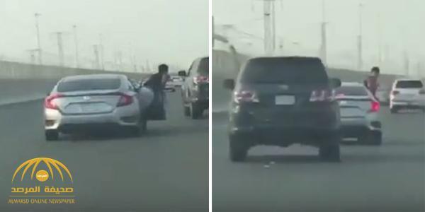 شاهد .. مشاجرة  بين  سائقين على طريق سريع بجدة تنتهي بسقوط مروع لشخص من سيارة