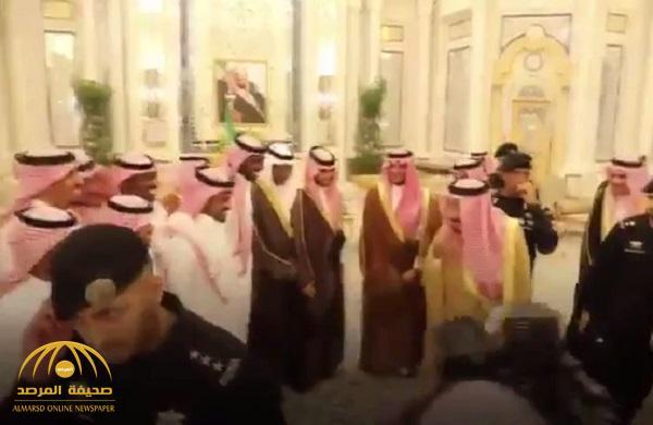 بالفيديو .. شاهد كيف مازح خادم الحرمين لاعبي المنتخب السعودي