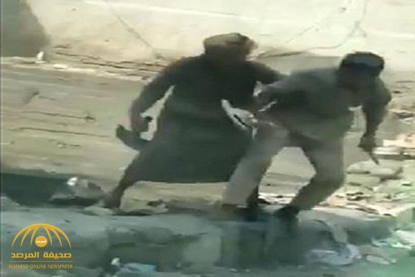 """شرطة مكة تكشف تفاصيل القبض على معنف ابنه بـ """"الكريك"""" – فيديو"""