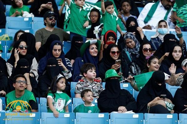 بالصور .. شاهد توافد العائلات على ملعب الملك فهد بالرياض للمشاركة في فعاليات اليوم الوطني