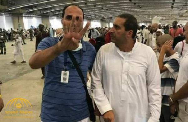"""شاهد صدمة الداعية عمرو خالد بعد أن فاجأه أحد الحجاج بشعار """"رابعة"""" أثناء رمي الجمرات"""