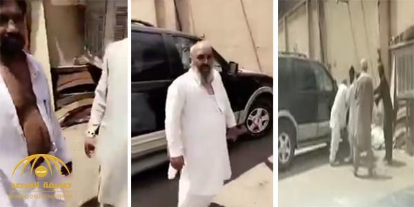 """فيديو: شاهد ردة فعل """"مواطن"""" صادف مضاربة بين وافدين من كبار السن في الشارع !"""