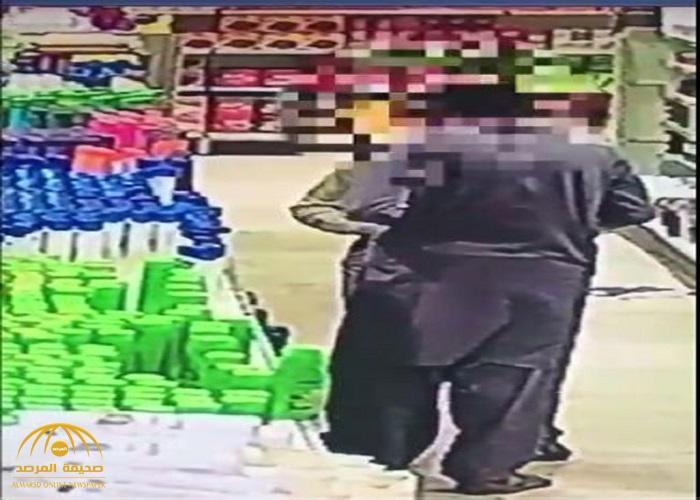 شاهد.. لصين باكستانيين يسرقان محل في الدوادمي .. أحدهم أخفى البضاعة داخل سرواله