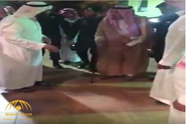 شاهد..الملك سلمان يقدم واجب العزاء في وفاة الشيخ السدلان