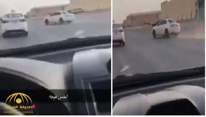 """بالفيديو .. مصور يلاحق سيارة مسرعة ليوثق """"تفحيطها"""".. وهذا ما حدث له!"""