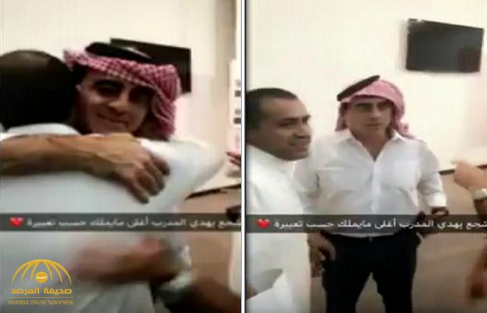 """شاهد.. مشجع نصراوي يهدى مدرب نادي النصر الجديد جوستافو """"شماغه وعقاله""""!"""