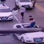 شاهد .. لحظة سقوط ذراع رافعة ضخم على سيارة !