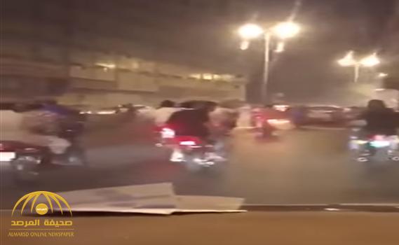 """شاهد.. مضايقة مجموعة من أصحاب الدبابات """"الأفارقة"""" للمارة والسيارات في مكة!"""