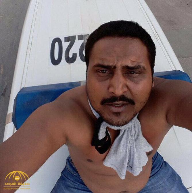 بالفيديو.. مقيم يعتلي سيارة شرطة ويقوم بحركات غريبة ويحاول سحب سلاح شرطي أثناء ضبطه .. وهكذا تم السيطرة عليه!