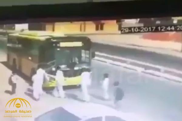 """شاهد.. طلاب يعتدون على سائق حافلة مدرسية تابعة لـ """"وزارة التعليم"""" ويرجمونه بالحجارة!"""