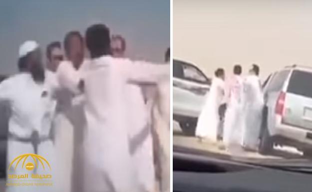 """شاهد .. مشاجرة جماعية على طريق """"الرياض- الأحساء"""" بين مالك إبل ومسافرين !"""
