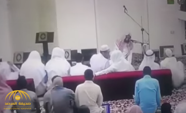 """شاهد لحظة وفاة """"إمام مسجد"""" في المحراب بعد تسليمه من صلاة العصر بمكة !"""