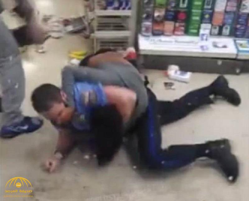 فيديو: مشاجرة عنيفة بين سيدة سمراء ورجل أمن داخل متجر بفلادلفيا