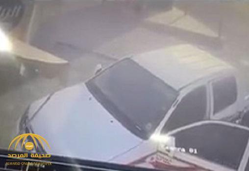 بالفيديو .. نهاية مروعة للصوص سرقوا سيارة من أمام محطة وقود