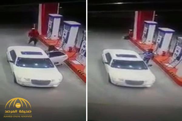 شاهد : كاميرا مراقبة توثق لحظة اختطاف عامل محطة بالقوة